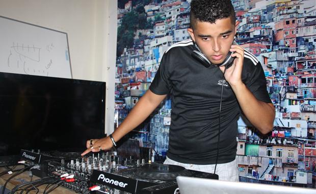 Musik aus der Favela: Nicolas experimentiert am DJ-Pult (Foto: BuzzingCities.com)