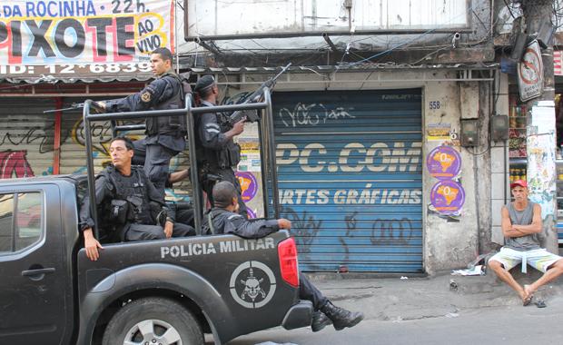 Spezialeinheiten besetzen die größte Favela von Rio. (Foto: Buzzingcities.com)