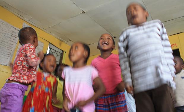 """""""Hallo uMlungo"""": Viele Kinder kennen inzwischen weiße Besucher. (Foto: BuzzingCities/Sonja Peteranderl)"""