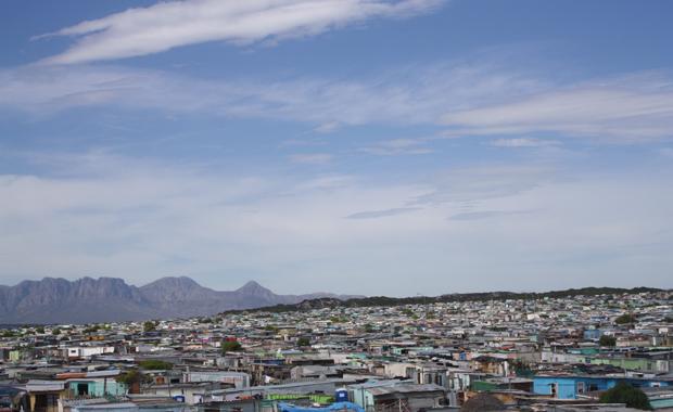 """Hinter den Bergen: Immer mehr Besucher wollen auch das """"andere"""" Kapstadt sehen. (Foto: Buzzingcities/Sonja Peteranderl)"""