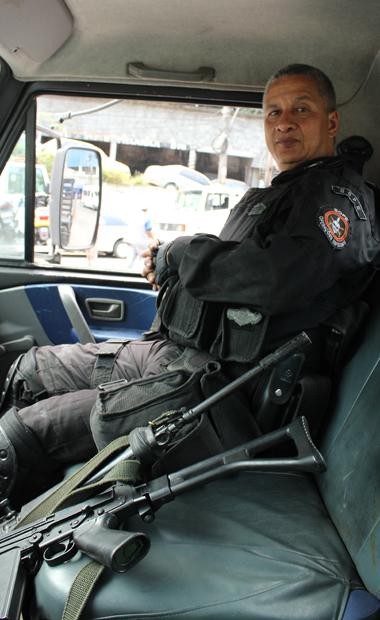 Ein Oberst der brasilianischen Spezialeinheit nach der Besetzung der Favela Rocinha (Foto: Julia Jaroschewski/BuzzingCities.com)