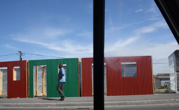 Fast wie bei Ikea: Wellblech-Fertighäuser nach dem Baukastensystem (Foto: BuzzingCities/Sonja Peteranderl)