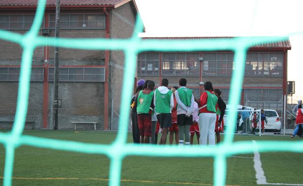 Die Fußball-Insel: Spielfeld als Rückzugsort im Township (Foto: BuzzingCities/Sonja Peteranderl)