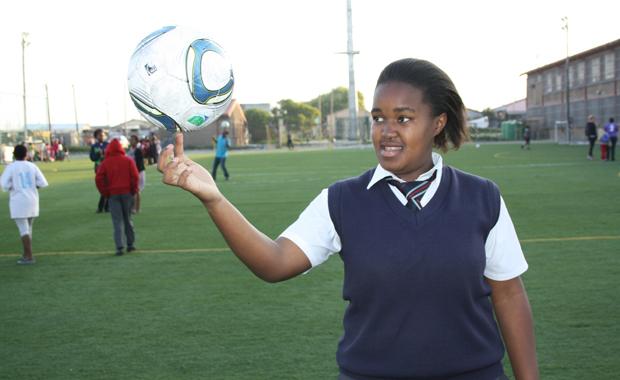 """""""Auch Mädchen bekämpfen sich, sie schießen und sie killen sich"""", erzählt eine junge Fußballspielerin über die Jugendbanden in Khayelitsha (Foto: BuzzingCities.com/Sonja Peteranderl)"""